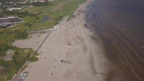波罗的海海岸海滩派尔努爱沙尼亚空中寄生虫顶视图4K UHD录影 影视素材