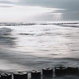 波罗的海的单色图象有防堤的在日落 图库摄影