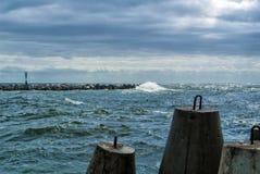 波罗的海的堤防城市的Baltiysk多云夏日、一个看法对痣,波浪和大石块在码头, m 免版税图库摄影