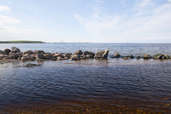 波罗的海的多岩石的海滩 免版税库存照片