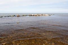 波罗的海的多岩石的海滩 免版税库存图片