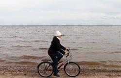 波罗的海的骑自行车者 库存照片