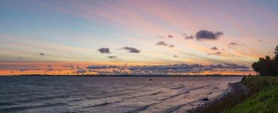 波罗的海石海岸线和塔林市地平线全景  库存图片