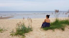 波罗的海,象草的沙丘的妇女,看对海 免版税库存图片