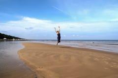 波罗的海,走和跳跃沿海滩的妇女 库存图片