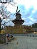 波茨坦/德国- 2018年3月24日:作为弗雷德里克打扮的演员巨大戏剧长笛在入口对公园Sans Souci 免版税图库摄影
