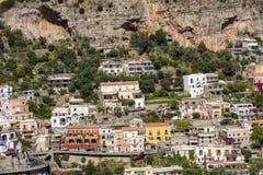 波西塔诺小镇沿阿马飞海岸的与美妙的颜色和露台的房子,褶皱藻属,意大利 库存图片