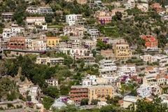 波西塔诺小镇沿阿马飞海岸的与美妙的颜色和露台的房子,褶皱藻属,意大利 图库摄影