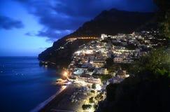 波西塔诺意大利在夜之前 库存图片