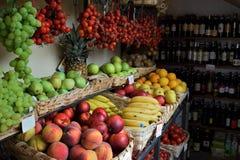 波西塔诺果子和酒在商店 免版税库存图片