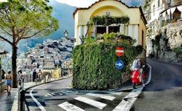 波西塔诺褶皱藻属萨莱诺意大利海湾珍珠阿马尔菲海岸那不勒斯旅游业美丽的自然城市垂直令人难忘 免版税库存照片