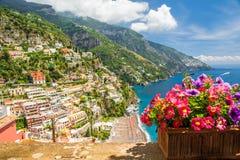 波西塔诺镇的看法从大阳台与花,意大利的 免版税库存照片