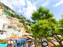 波西塔诺,意大利- 2015年9月11日:人民努力去做在波西塔诺的-阿马尔菲海岸的美丽的地中海村庄  免版税库存照片