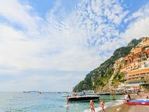 波西塔诺,意大利- 2015年9月11日:休息在波西塔诺,沿惊人的阿马尔菲海岸的意大利的人民 免版税库存图片