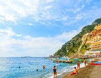 波西塔诺,意大利- 2015年9月11日:休息在波西塔诺,沿惊人的阿马尔菲海岸的意大利的人民 图库摄影