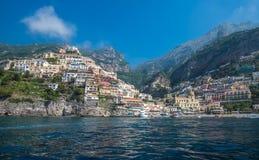波西塔诺,阿马尔菲海岸,褶皱藻属,意大利小镇  免版税库存照片