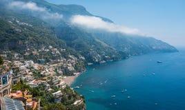 波西塔诺,阿马尔菲海岸,褶皱藻属,意大利小镇  免版税图库摄影