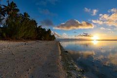 波里尼西亚海滩美妙的红色日落 库存照片