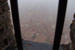 波隆纳典型的红色屋顶在一有雾的天 从Asinelli塔一个狭窄的窗口的看法  伊米莉亚罗马甘,意大利 图库摄影