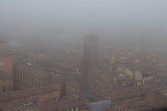 波隆纳和一个塔典型的红色屋顶在一有雾的天 从Asinelli塔的看法 伊米莉亚罗马甘,意大利 免版税库存照片
