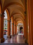 波隆纳拱廊街道段落 免版税库存图片