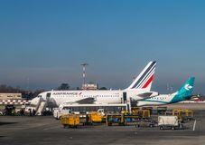 """波隆纳,意大利†""""2月18日:等待在Bologn的法航飞机 库存图片"""