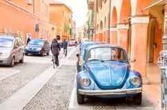 波隆纳,意大利, 2014年12月20日-蓝色甲虫通过d停放了  库存图片