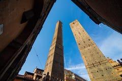 波隆纳,意大利- 2017年10月:两著名落早晨耸立Asinelli和Garisenda,波隆纳,伊米莉亚罗马甘,意大利 免版税库存照片