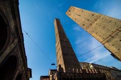 波隆纳,意大利- 2017年10月:两著名落早晨耸立Asinelli和Garisenda,波隆纳,伊米莉亚罗马甘,意大利 库存图片