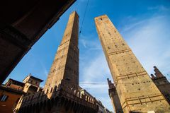 波隆纳,意大利- 2017年10月:两著名落早晨耸立Asinelli和Garisenda,波隆纳,伊米莉亚罗马甘,意大利 库存照片