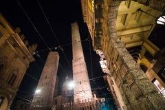 波隆纳,意大利- 2017年10月:夜街道的看法在老城波隆纳,意大利 免版税库存图片