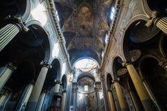 波隆纳,意大利- 2017年10月:教会视图波隆纳城市,意大利 有系船柱的大卵石石街道 新生大厦 免版税图库摄影