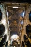 波隆纳,意大利- 2017年10月:教会视图波隆纳城市,意大利 有系船柱的大卵石石街道 新生大厦 库存图片
