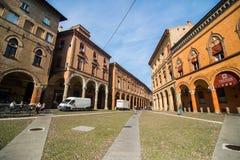 波隆纳,意大利- 2017年10月:老方形的看法波隆纳城市,意大利 有系船柱的大卵石石街道 新生大厦 库存图片