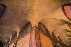 波隆纳,意大利- 2017年10月:老街道视图波隆纳城市,意大利 有系船柱的大卵石石街道 新生大厦 免版税库存照片