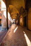 波隆纳,意大利- 2017年10月:老街道视图波隆纳城市,意大利 有系船柱的大卵石石街道 新生大厦 图库摄影