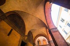 波隆纳,意大利- 2017年10月:老街道视图波隆纳城市,意大利 有系船柱的大卵石石街道 新生大厦 免版税图库摄影