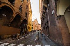 波隆纳,意大利- 2017年10月:老街道视图波隆纳城市,意大利 有系船柱的大卵石石街道 库存照片