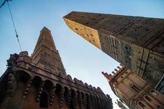 波隆纳,意大利- 2017年10月 两著名落早晨耸立Asinelli和Garisenda,波隆纳,伊米莉亚罗马甘,意大利 库存图片