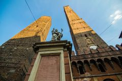 波隆纳,意大利- 2017年10月 两著名落早晨耸立Asinelli和Garisenda,波隆纳,伊米莉亚罗马甘,意大利 库存照片