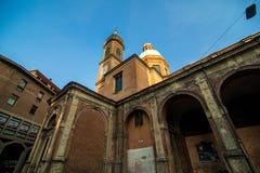波隆纳,意大利- 2017年10月 两著名落早晨耸立Asinelli和Garisenda,波隆纳,伊米莉亚罗马甘,意大利 免版税库存图片