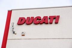波隆纳,意大利2018年6月17日:关闭位于著名摩托车的生产工厂的ducati商标 免版税库存照片