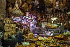 波隆纳,意大利- 2014年3月8日:典型的杂货店窗口我 库存图片