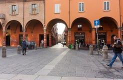 波隆纳,意大利- 2017年2月08日:有曲拱的街道, Archig 图库摄影