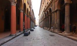 波隆纳,意大利- 2017年2月08日:有曲拱的街道, Archig 库存照片