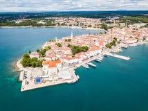 波雷奇,蓝色天蓝色的绿松石亚得里亚海,Istrian半岛,克罗地亚岸克罗地亚镇  钟楼,红瓦顶 免版税库存照片
