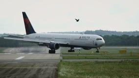 波音达美航空767-432-ER登陆了 股票视频