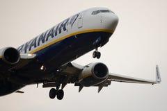 波音飞机土地在米兰贝加莫机场 免版税图库摄影