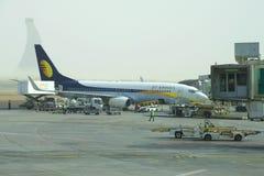 波音737下个Gen喷气航空公司在阿布扎比机场进行起飞前的准备在清早 免版税库存照片