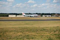 波音747-400华航波音747飞机在柏林特赫尔国际机场 庞然大物是用于货物的多数普遍的飞机 免版税库存照片